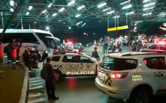 Vídeo: Torcida do São Paulo faz protesto na saída da delegação no Aeroporto de Guarulhos