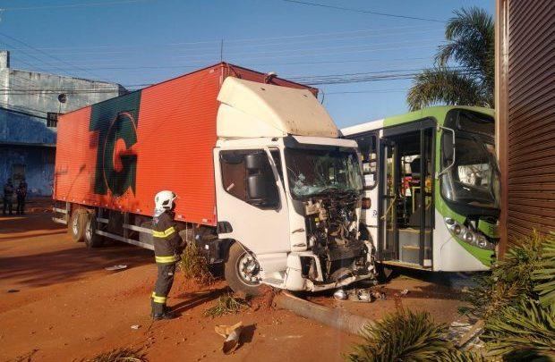 Goiânia: Acidente entre caminhão e ônibus deixa 11 feridos nesta manhã