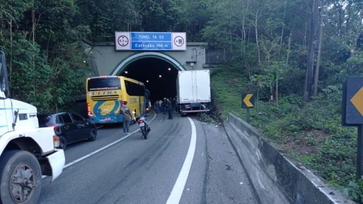 Cubatão: Acidente entre caminhão e ônibus interdita a via Anchieta nesta manhã