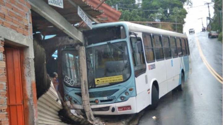 Ônibus perde controle e invade casa na Zona Norte de Manaus