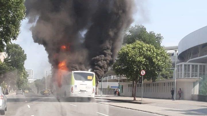 Vídeo: Ônibus pega fogo ao lado do Maracanã nesta segunda-feira