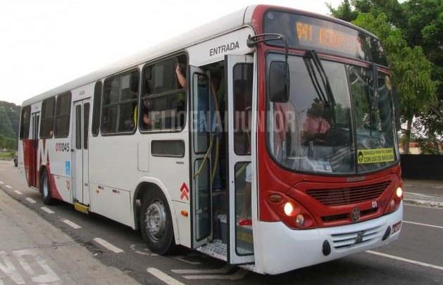 Manaus: Passageiro de ônibus acaba baleado durante arrastão em ônibus