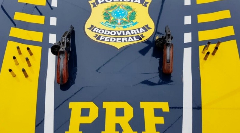 RS: Exército Brasileiro e PRF apreendem criminosos armados em ônibus