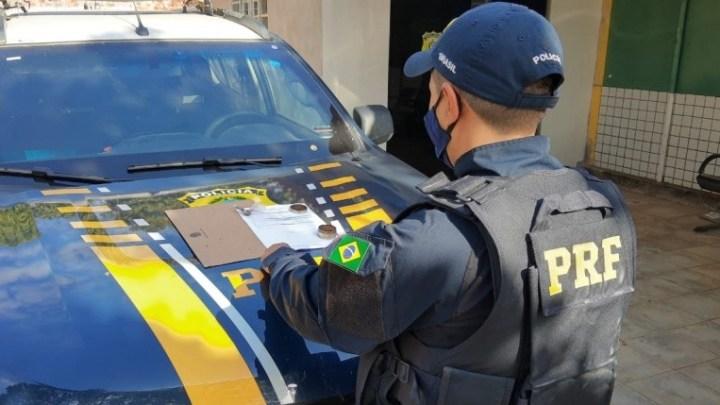 Vídeo: Agente da PRF autua passageiro de ônibus de turismo por porte de entorpecentes na BR-135