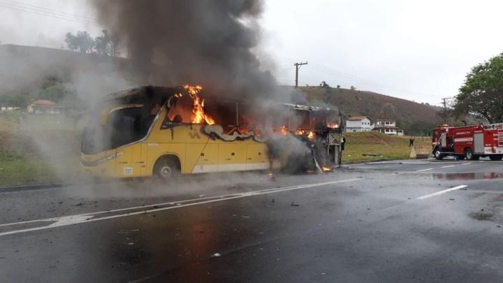SP: Ônibus da Itapemirim pega fogo na Via Dutra na altura de Aparecida