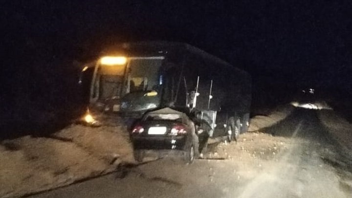 Acidente entre carro e ônibus deixa dois mortos na BR-135, no Sul do Piauí