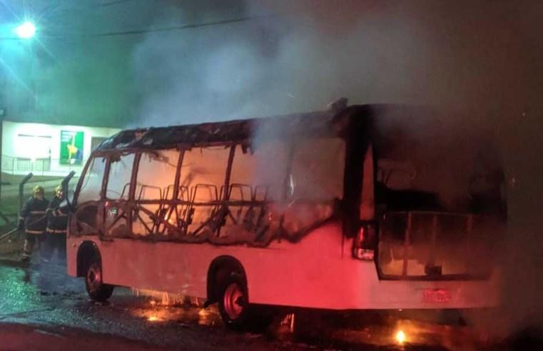 SC: Micro-ônibus pega fogo nesta madrugada no município de Xaxim