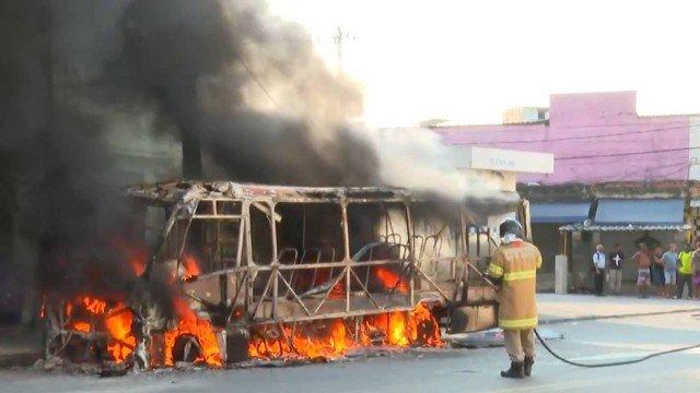 Rio: Micro-ônibus pega fogo em frente à Cidade da Polícia na Zona Norte