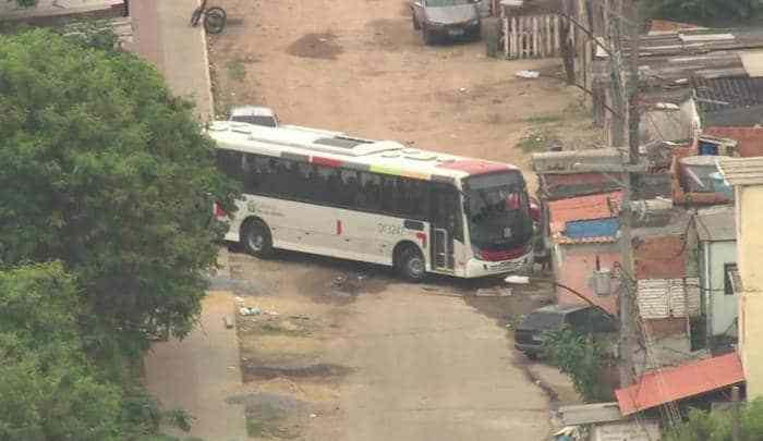 Rio: Ônibus e caminhão são utilizados como barricada na favela na Vila Aliança