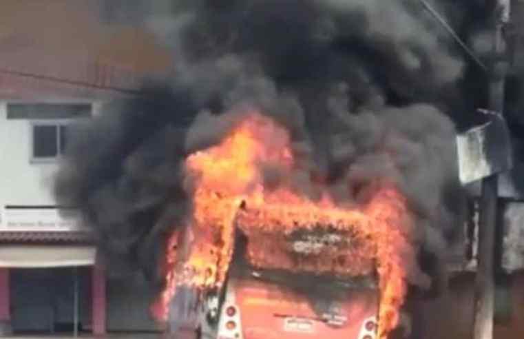 Vídeo: Dois ônibus foram incendiados nesta sexta-feira em Betim, na Região Metropolitana de BH