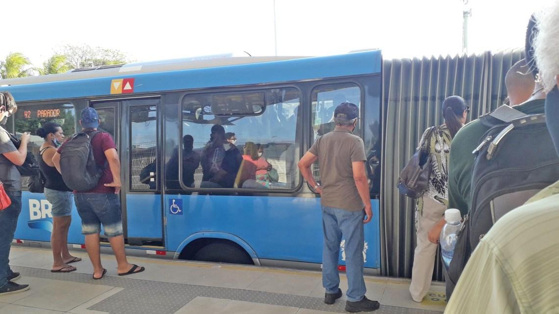 Vídeo: BRT Rio inicia a semana com lotação, muita demora e diversas reclamações