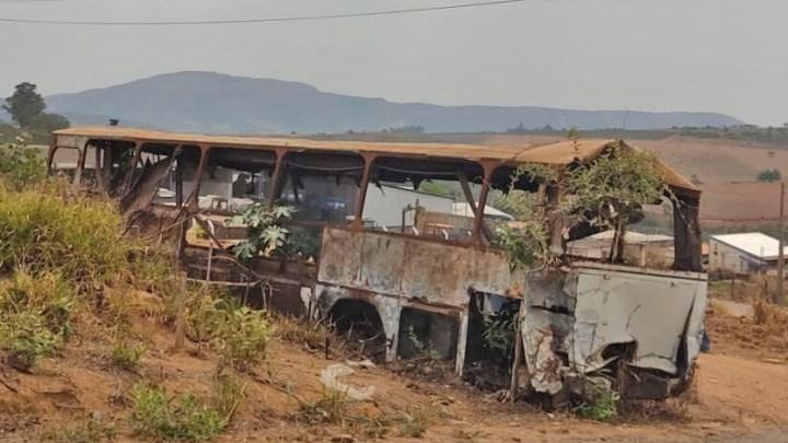 MG: Prefeitura de Carmo do Rio Claro faz retirada de sucata de ônibus