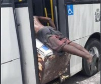 Homem embarca com geladeira em ônibus no Rio de Janeiro