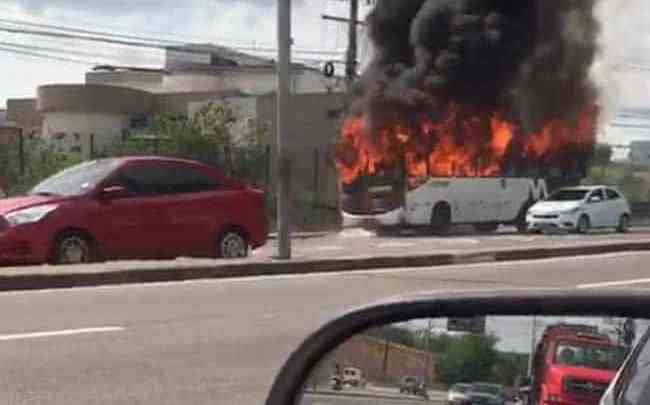 Vídeo: Ônibus da Viação Açaí acaba incendiado na Zona Leste de Manaus nesta tarde