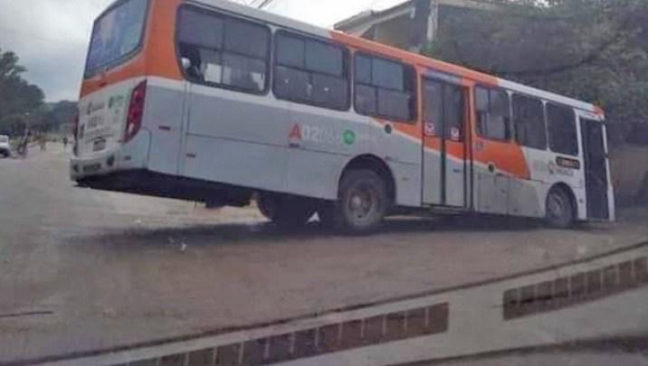RJ: Ônibus da Viação Mirante cai em buraco no bairro Gerard Danon em Nova Iguaçu