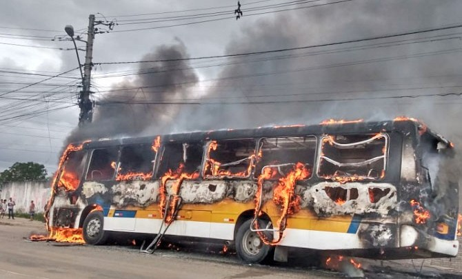 Vídeo: Ônibus é incendiado na manhã desta quinta-feira em Eunápolis/BA