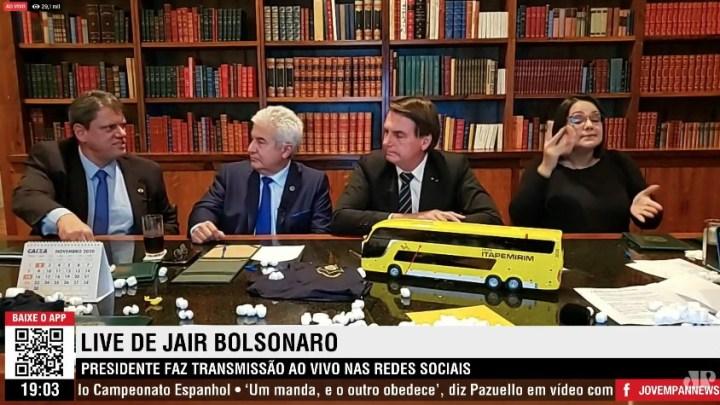 Brasília: Bolsonaro recebe maquete de ônibus da Itapemirim durante live e chama atenção