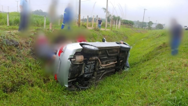 SP: Dois romeiros são atropelados na Via Dutra por carro em Pindamonhangaba