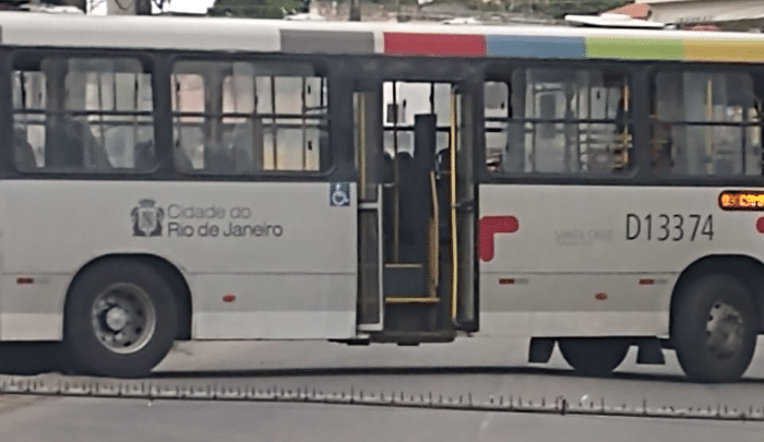 Vídeo: Tiroteio e clima de guerra civil no Rio deixa passageiros de ônibus em pânico na Vila Aliança