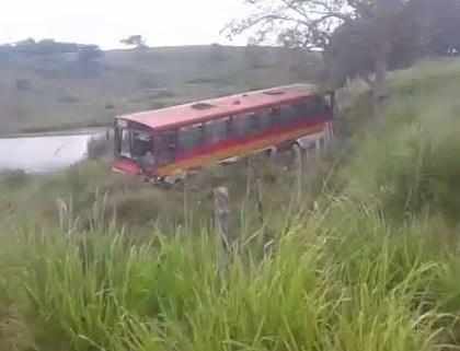 Vídeo: Ônibus que transportava trabalhadores rurais cai de ribanceira em Cristinápolis/SE