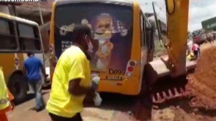 Salvador: Micro-ônibus  acaba atolado na Estrada Velha do Aeroporto