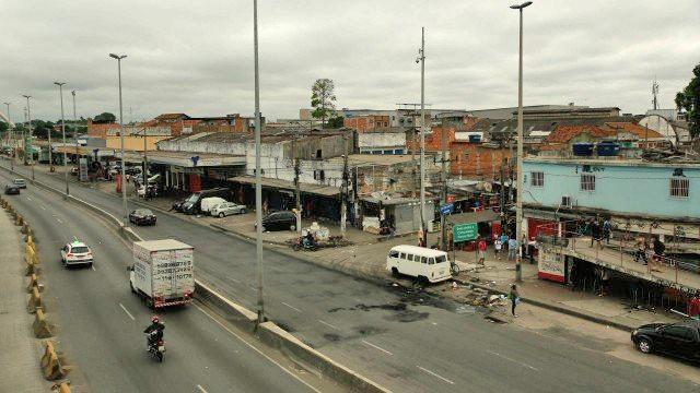 Rio: Tiroteio no Complexo da Maré deixa clima tenso na Avenida Brasil. PM acaba morto