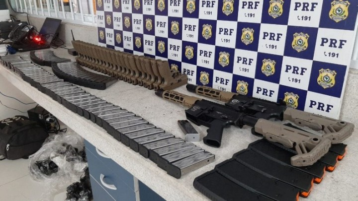 Vídeo: PRF da Bahia prende passageiro de ônibus  transportando arsenal na BR-116