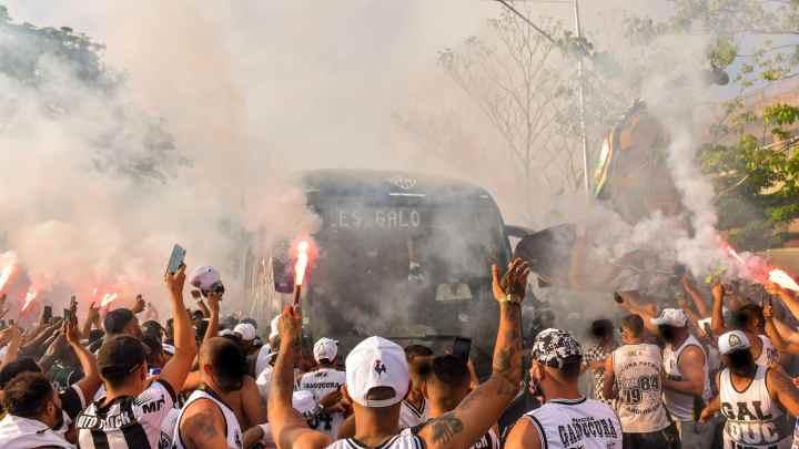Vídeo: Torcida do Atlético realiza rua de fogo na chegada do ônibus ao Mineirão neste domingo