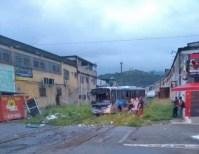 RJ: Trem colide com ônibus da Transporte Machado e deixa três feridos na Baixada Fluminense - Vídeo