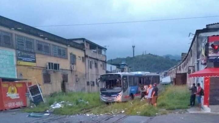RJ: Trem colide com ônibus da Transporte Machado e deixa três feridos na Baixada Fluminense – Vídeo