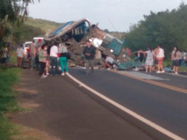 SP: Acidente entre caminhão e ônibus deixa 22 mortos e 15 feridos em Taguaí