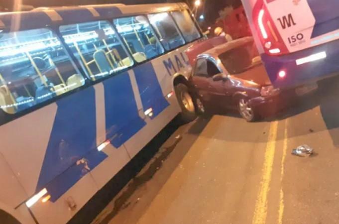 RJ: Acidente entre dois ônibus da Mauá e um carro chama atenção em São Gonçalo