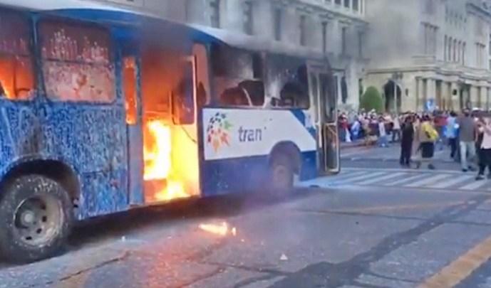 Mundo: Guatemala tem fim de semana de protesto e ônibus incendiados