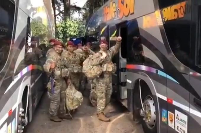 RS: Militares do Exército do Brasil e Argentina embarcam em ônibus para a Operação Arandu