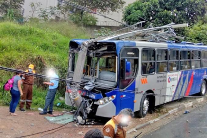 SP: Acidente com ônibus da Viação Miracatiba deixa feridos em Embu das Artes