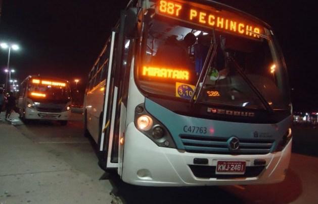 Rio: Homem rouba ônibus da linha 887 – Pechincha x Alvorada e dirige por 20km causando danos