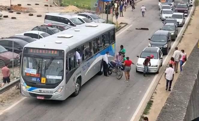 Vídeo: Acidente na BR-101 complica o trânsito na região de São Gonçalo/RJ neste sábado