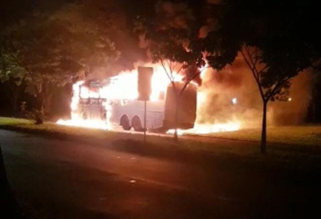 MS: Ônibus rodoviário é destruído pelo fogo em Ponta Porã