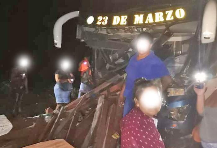 Bolívia: Colisão entre caminhão e ônibus deixa um morto e vários feridos