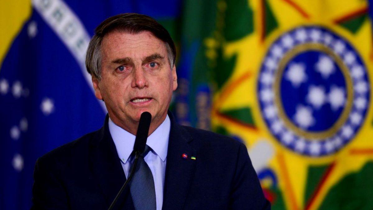 Bolsonaro promete revisar decreto que restringe aplicativos de ônibus