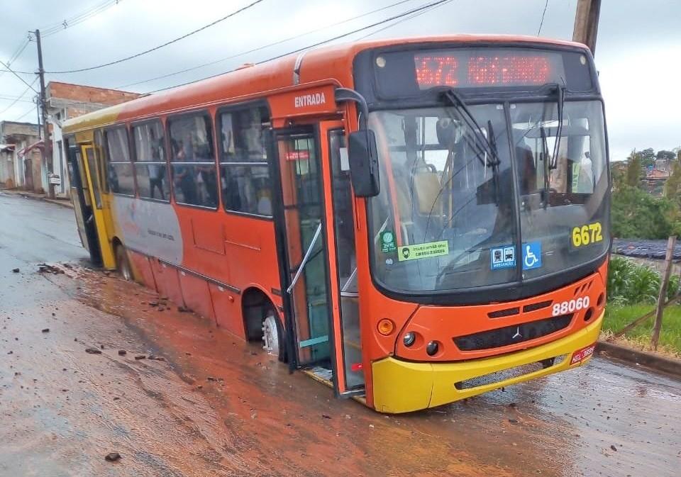 Grande BH: Ônibus atolam após asfalto ceder em Avenida de Esmeraldas