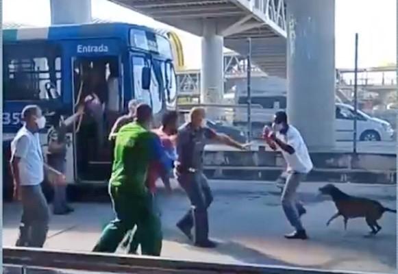 Vídeo: Motorista de ônibus e passageiro brigam na Estação Mussurunga em Salvador