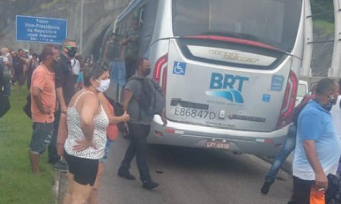 Vídeo: BRT Rio apresenta problemas nesta segunda e terça-feira com atrasos e ônibus quebrados