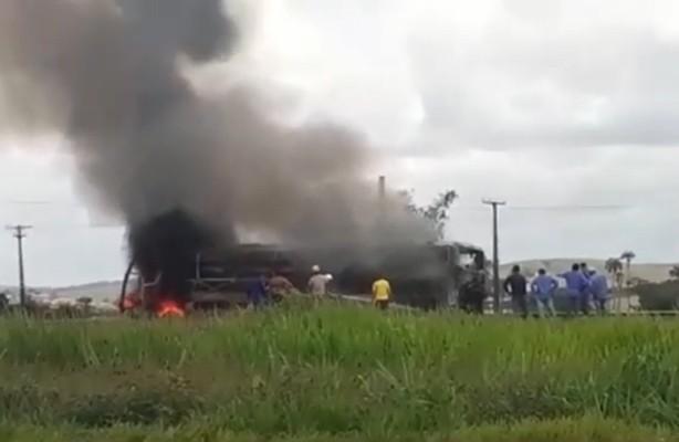 PE: Ônibus rodoviário pega fogo na BR-101, em Ribeirão na Mata Sul nesta quarta-feira