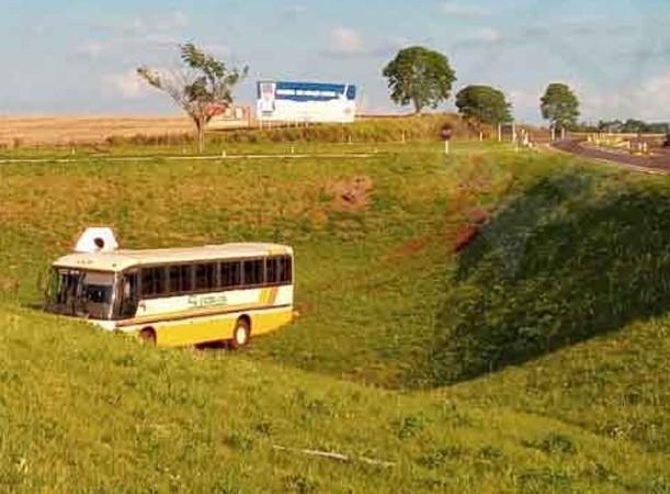 RS: Motorista tem mal súbito e ônibus sai da pista na BR-468 no município de Campo Novo