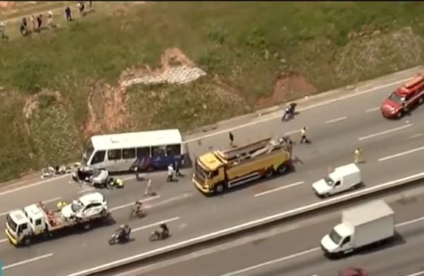 Vídeo: Acidente entre micro-ônibus, dois carros e caminhão deixa seis feridos na Via Dutra em Guarulhos