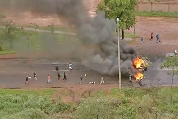 DF: Manifestantes fecham rodovia e incendiam ônibus na DF-473, em São Sebastião