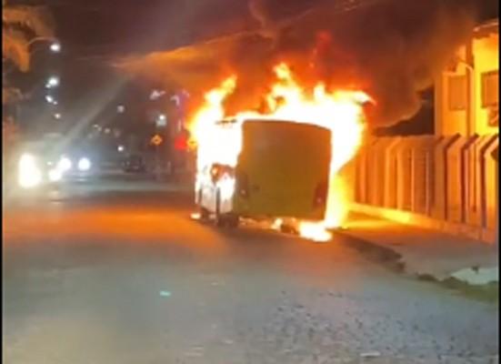 Vídeo: Ônibus da Viação Canarinho é destruído pelo fogo em Jaraguá do Sul