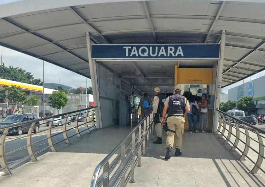 Rio: Guardas municipais prendem homem armado após calote na estação do BRT da Taquara