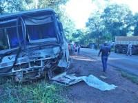 PR: Acidente entre caminhão e ônibus deixa ao menos três feridos na PR-218